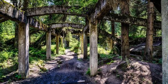 Geschichtsträchtige Ruinen: Zinnbergwerk und Dorfrelikt (1)