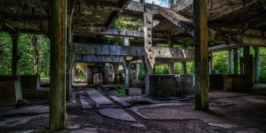 Geschichtsträchtige Ruinen: Zinnbergwerk und Dorfrelikt (2)